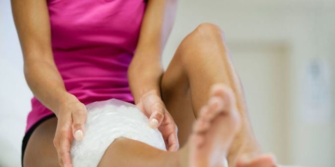 landscape-1457095032-woman-icing-inflamed-knee